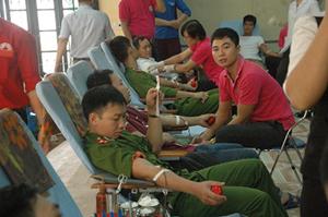 ĐV-TN huyện Lạc Thủy tham gia hiến máu tình nguyện.