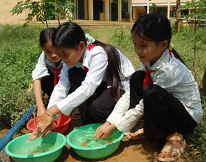 Học sinh trường THCS xã Quy Mỹ (Tân Lạc) thực hiện rửa tay bằng xà phòng để đảm bảo vệ sinh cá nhân.