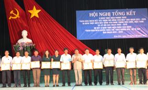 Lãnh đạo huyện trao giấy khen cho các tập thể có thành tích xuất sắc trong các phong trào.