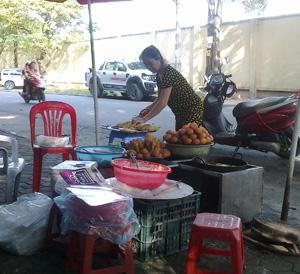 Một điểm bán đồ ăn chín trên địa bàn phường Phương Lâm (TPHB) ngay sát lòng đường, thiếu dụng cụ che chắn.