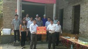 Lãnh đạo hội Nông dân huyện Kim Bôi trao nhà mái ấm nông dân cho hội viên nông dân nghèo.