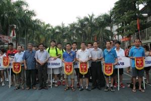 Ban tổ chức trao cờ lưu niệm cho các đoàn tham dự Giải quần vợt tỉnh năm 2015.