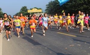 Các vận động viên tham gia thi nội dung nữ chính, nữ trẻ 3 km.