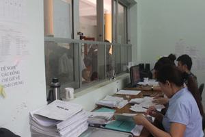 Cán bộ BHXH huyện Kỳ Sơn giám định chi phí khám - chữa bệnh tại Bệnh viện Đa khoa huyện, đảm bảo quyền lợi  cho các đối tượng tham gia BHYT. Ảnh: P.V