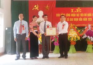 Lãnh đạo huyện Mai Châu trao bằng công nhận đạt chuẩn quốc gia về y tế cho xã Vạn Mai.