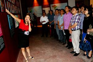 Lớp chuyên viên khóa V tham quan bảo tàng Dân tộc học Việt Nam.
