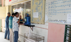 Các bệnh nhân đến cơ sở điều trị methadone thành phố Hòa Bình uống thuốc đều đặn hàng ngày.
