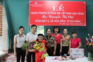 Cán bộ NHCSXH tỉnh tặng quà nhận phụng dưỡng mẹ VNAH Nguyễn Thị Chố.