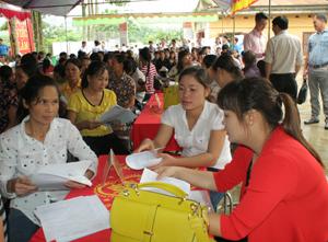 Đông đảo lao động nữ đến tham gia tìm hiểu thông tin, tìm kiếm việc làm tại sàn giao dịch việc làm  xã Đông Bắc (Kim Bôi).