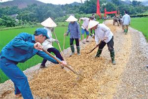 Lực lượng dân quân tham gia ngày công cùng nhân dân xóm Mon, xã Phúc Tiến (Kỳ Sơn) làm mới tuyến đường giao thông nội đồng phục vụ phát triển sản xuất.