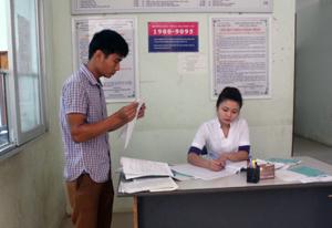 Người dân được hướng dẫn làm thủ tục hành chính KCB bằng BHYT tại Bệnh viên Đa khoa huyện Kỳ Sơn.
