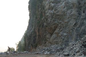 Khai thác khoáng sản tác động xấu đến môi trường và tình ANTT cần được kiểm soát chặt chẽ. (Ảnh mỏ đá của Công ty TNHH Ánh Hồng xã Bắc Sơn - Kim Bôi).