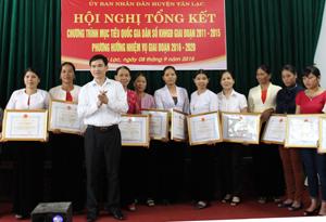 Trưởng BCĐ công tác DS-KHHGĐ huyện trao giấy khen cho các tập thể và cá nhân điển hình trong thực hiện công tác DS-KHHGĐ huyện giai đoạn 2011 - 2015.
