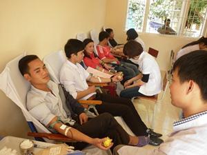ĐV-TN huyện Đà Bắc tham gia hiến máu tình nguyện tại xã Mường Chiềng.