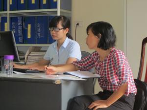 Cán bộ BHXH huyện Kim Bôi hướng dẫn đơn vị sử dụng lao động về thực hiện giao dịch điện tử.