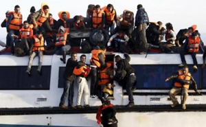 Thuyền chở người tị nạn đang trên đường tới đảo Lesbos (Hy Lạp) sau khi vượt qua biển Aegean, ngày 30-10-2015. (Ảnh: Reuters)