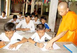 Dạy chữ cho học sinh Khmer
