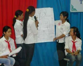 Trẻ em gái vị thành niên thị trấn Hàng Trạm và xã Yên Lạc tìm hiểu các kiến thức về tình yêu, tình dục và phòng chống HIV/AIDS .