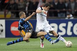 Gareth Bale (phải, Tottenham) ghi bàn trước sự truy cản của Walter Samuel (Inter) ở trận lượt đi