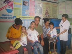 Người nghèo, nạn nhân CĐDC xã Đông Bắc (huyện Kim Bôi) được chăm sóc sức khoẻ