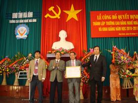 Đồng chí Dương Đức Lân, Phó Tổng cục trưởng Tổng cục Dạy nghề trao Quyết định thành lập trường CĐ nghề Hòa Bình