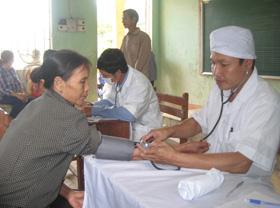 Hội CCB Mỹ (bang California) phối hợp với Trung tâm dân số huyện Lương Sơn khám bệnh, cấp thuốc miễn phí cho người dân xã Tiến Sơn.