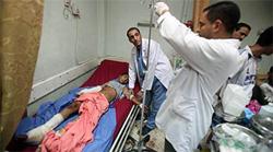 Các bác sĩ đang chữa trị cho nạn nhân một vụ đánh bom ở Baghdad.
