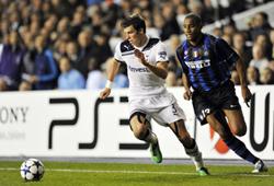 Gareth Bale (trái, Tottenham) vượt qua hậu vệ Maicon của Inter Milan.