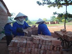 Nhờ đầu tư công nghệ, Công ty cổ phần gạch ngói Quỳnh Lâm đã cải thiện điều kiện làm việc của công nhân