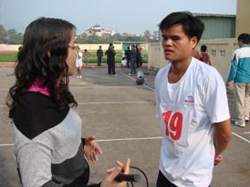 Tân vô địch nam nâng cao Bùi Văn Huỳnh trả lời phỏng vấn các cơ quan báo chí.