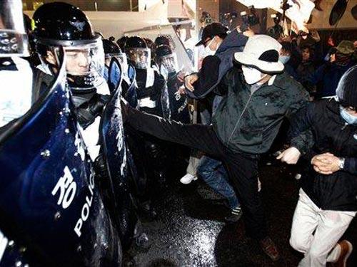 Người biểu tình manh động với cảnh sát ở Seoul, Hàn Quốc hôm 7-11