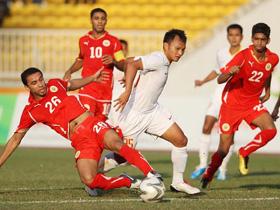 Trọng Hoàng (giữa) trong vòng vây các hậu vệ Olympic Bahrain