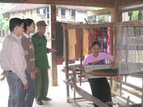 Người dân bản Văn sử dụng gầm nhà sàn để đặt khung cửi, bày bán sản phẩm dệt thổ cẩm.