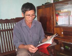 Tranh thủ lúc nông nhàn, ông Dồn tìm hiểu thêm kiến thức chăm sóc cây dưa hấu và cây bí xanh qua sách báo.