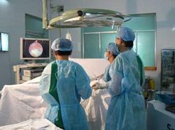 Các bác sĩ bệnh viện quận Thủ Đức trong 1 ca phẫu thuật sỏi tiết niệu ứng dụng laser