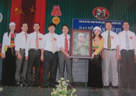 Từ những cống hiến của mình năm 2010, chị Kiều (đứng thứ 3 từ bên phải) được tín nhiệm bầu làm Giám đốc Trung tâm CB - GD - LĐXH tỉnh.
