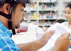 Người dân lo lắng xem đơn thuốc khi giá thuốc tăng chóng mặt trong những ngày qua