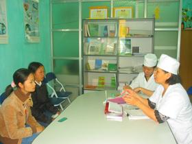 Trung tâm CSSKSS tỉnh tư vấn cho các bà mẹ.