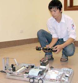 Mô hình máy quét rác và lau nhà điều khiển từ xa của Đinh Thanh Bình, học sinh trường THPT Đinh Tiên Hoàng, thành phố Ninh Bình, là một trong những sản phẩm tham gia Triển lãm IEYI 2010