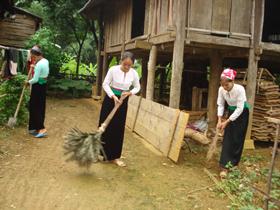 Chị em phụ nữ xóm Bưởi, xã Phú Cường chuyên tâm thực hiện chương trình