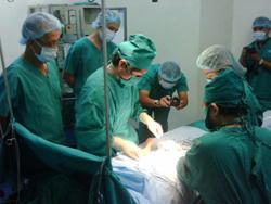 kíp phẫu thuật của Bệnh viện Ngoại khoa và Chấn thương Chỉnh hình STO Phương Đông đang thực hiện một ca phẫu thuật điều trị khuyết tật vận động