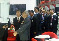 Đoàn quan khách cao cấp thăm quan 1 gian hàng tại triển lãm (ảnh: BM).