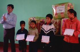 Đoàn công tác TƯ Đoàn tặng quà cho học sinh nghèo vượt khó của xã Dân Chủ (TPHB)