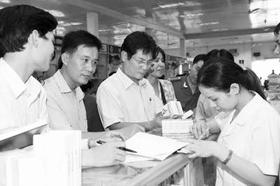 Cán bộ thanh tra y tế đang kiểm tra giá thuốc tại Hà Nội.