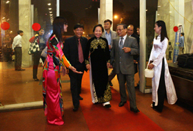 Phó Chủ tịch nước Nguyễn Thị Doan đến dự lễ trao giải