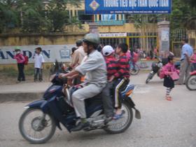 Không đội mũ bảo hiểm cho trẻ vẫn diễn ra phổ biến trên địa bàn thành phố Hòa Bình.