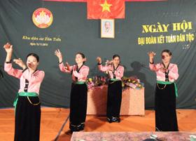 Tiết mục văn nghệ tự biên, tự diễn của nhân dân xóm Tân Tiến trong ngày hội đại đoàn kết toàn dân tộc năm 2010.