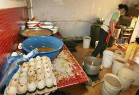 Những con gà chết được dùng làm trứng vịt lộn