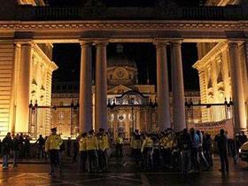 Người biểu tình tập trung phản đối việc EU cứu giúp Ireland ở bên ngoài văn phòng thủ tướng Ireland tại Dublin hôm 21-11.
