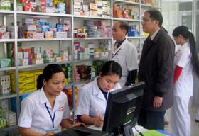 Ông Nguyễn Mạnh Hùng - Phó giám đốc Sở Y tế kiểm tra tình hình kinh doanh tại nhà thuốc Hà Việt (P. Đồng Tiến- TP. Hòa Bình)